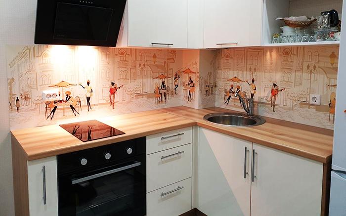 Облицевать панелями на кухне можно рабочую зону любой сложности
