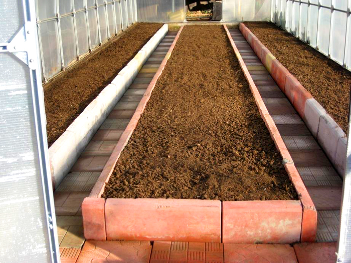 Тротуарная плитка также послужит отличным барьером для грядок. Она хорошо удерживает грунт и препятствует росту травы