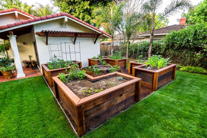 Удачный вариант оформления во дворе, который подчёркивает стиль ландшафтного дизайна