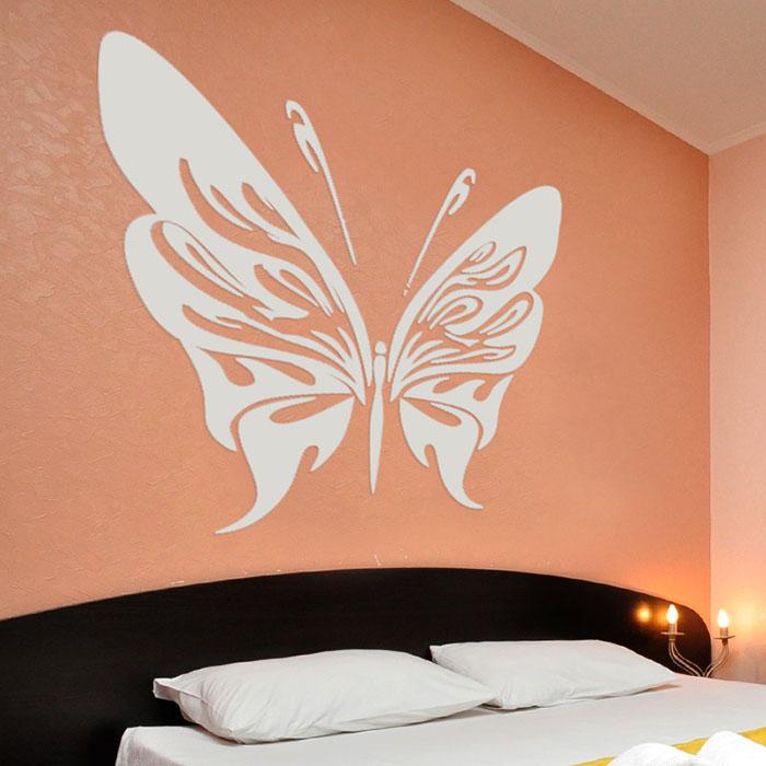 Габаритные бабочки создаются из декоративной штукатурки у изголовья кровати. Здесь достаточного одного элемента