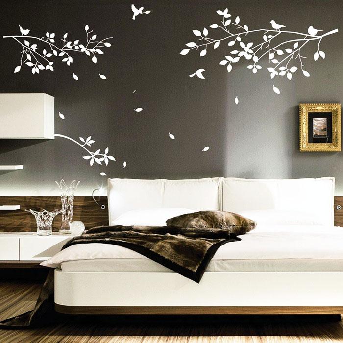 Тематическая декорация стены у изголовья кровати