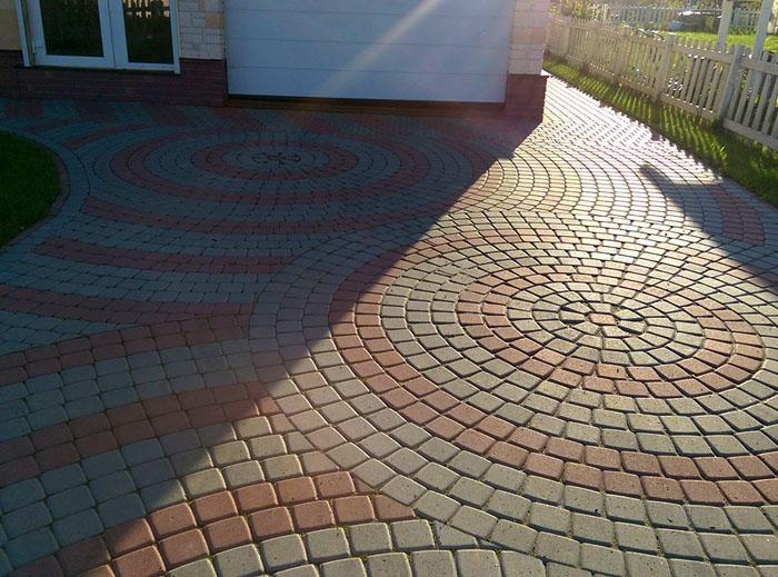 Круговое оформление тротуарной плиткой занимает много времени