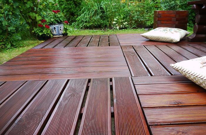 Один из видов декинга «садовый паркет» может укладываться просто на гравийное основание