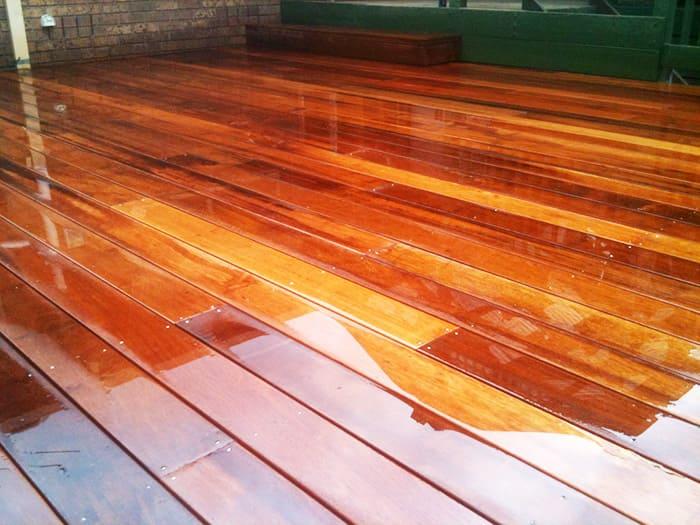 Деревянный пол, обработанный жирным масляным лаком