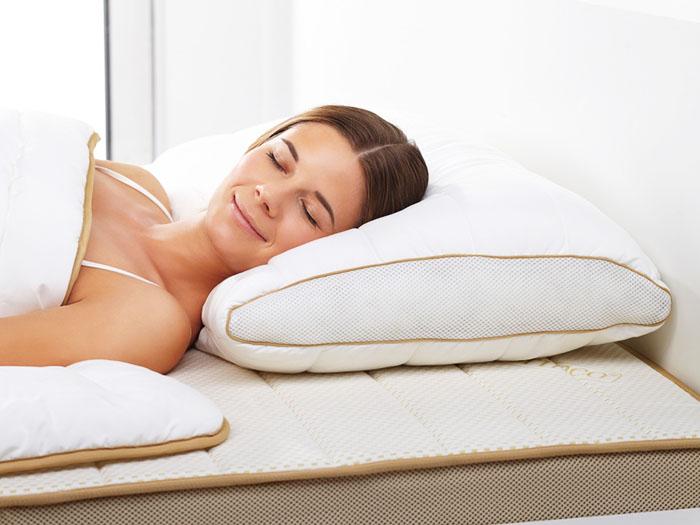 Во время сна подушка должна прогибаться только под головой