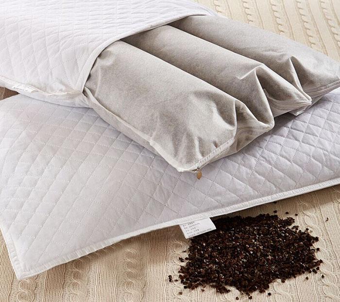 Подушка с гречневым составом будет иметь прочный наперник на молнии для удобства замены наполнителя
