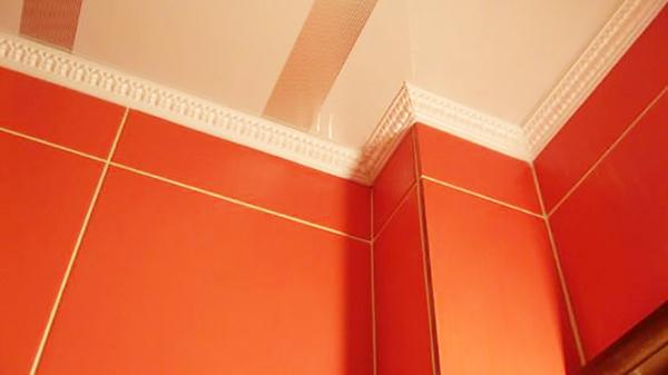 Фигурные широкие багеты стараются применять в комнатах, где имеется дефект стыков между стеной и потолком