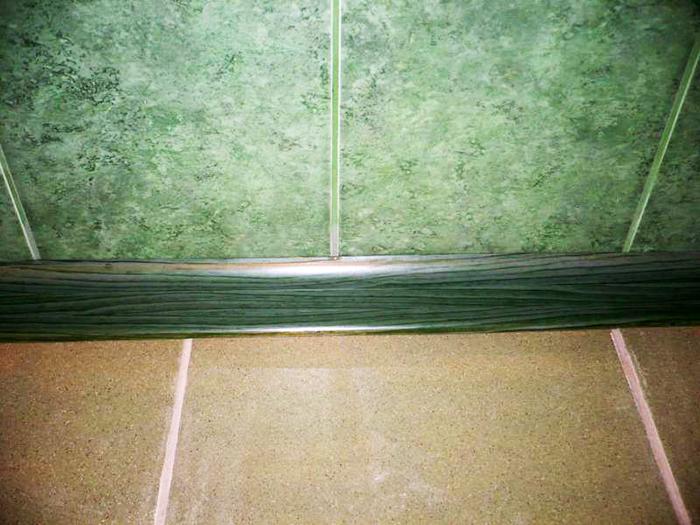Часто напольный плинтус стараются выбирать в тон стенам