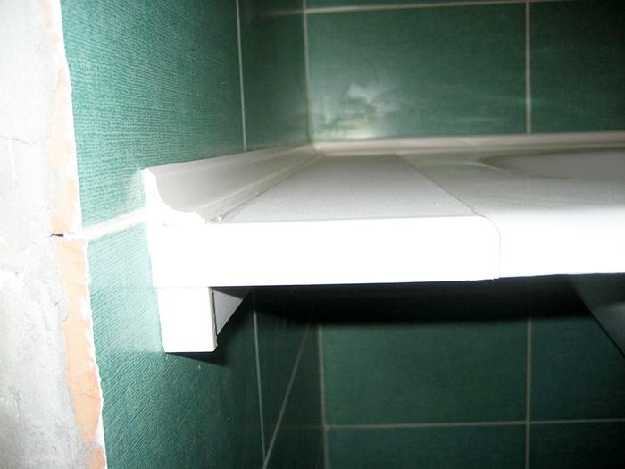 Обычно пенопластовые варианты имеют плотную структуру. Для монтажа таких лучше использовать минимальный слой клеящей основы