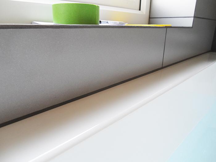 Плоские акриловые конструкции подойдут для защиты раковины в ванной