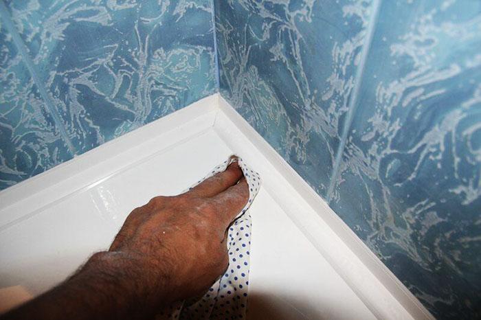 После каждого купания лучше протереть стыки сухой тряпочкой или полотенцем