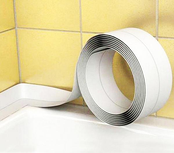 Такой материал укладывается частично. При снятии защитного слоя формируется уголок: он заходит на стену и на край ванны