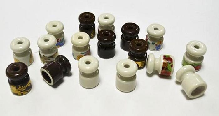 Ролики производятся в различной цветовой гамме, зачастую комплектно с другими элементами электрофурнитуры