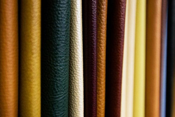 Натуральная кожа, используемая в качестве мебельной обивки, по своим техническим и эстетическим параметрам превосходит большинство синтетических и природных материалов, но требует более тщательного, специфического ухода