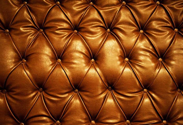 Декоративные свойства натуральной кожи не ограничиваются только покраской, тиснение и формирование рельефа - не менее эффективные средства художественной отделки