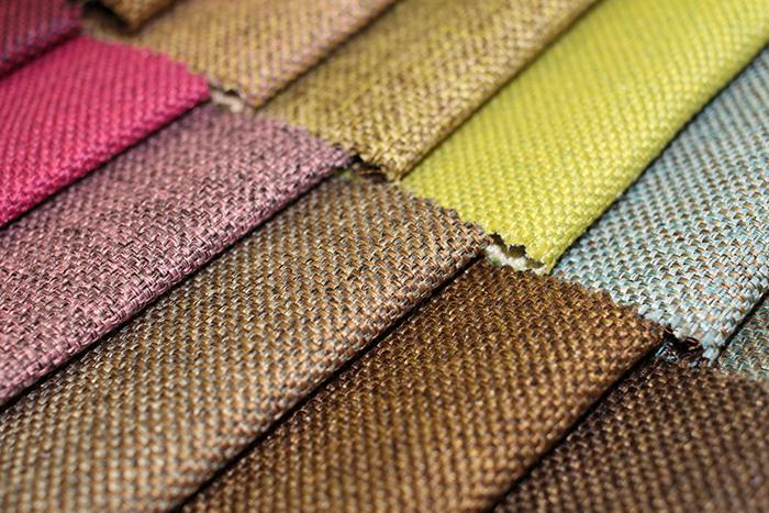 Рогожа имитирует грубую текстуру мешковины, может быть однотонной или многоцветной, подходит для обивки мебели в стиле кантри