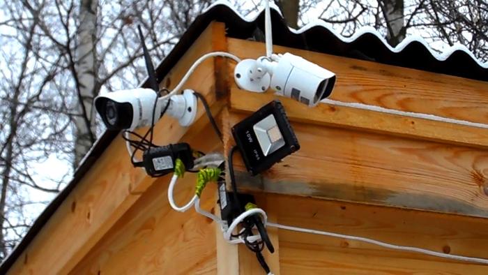Установку видеокамер на стене дома рекомендуется осуществлять как можно выше