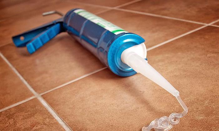 Прозрачный силиконовый герметик может быть использован как в виде основной затирки, так и в качестве ремонтного состава по цветному основанию