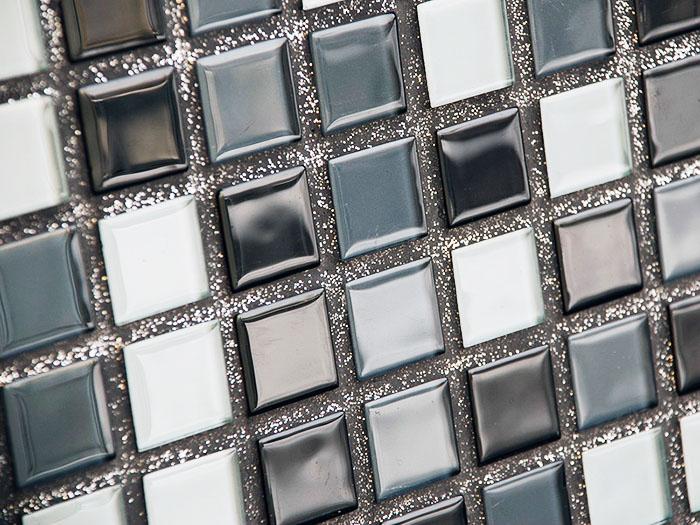 Чёрная плитка и монохромная мозаика лучше всего сочетаются со светлой фугой