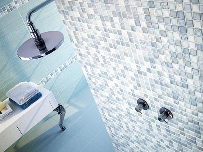 Стеклянная мозаичная плитка сочетается с прозрачной или белой затиркой