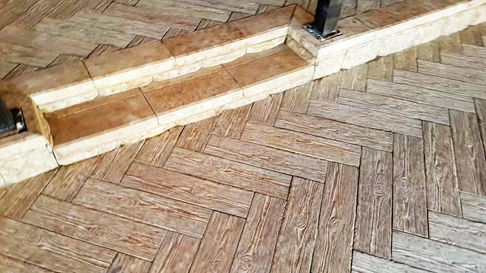 При использовании керамической облицовки, имитирующей древесину, межплиточный шов должен быть минимальный и заполняться фугой, максимально приближённой по цвету к общему фону