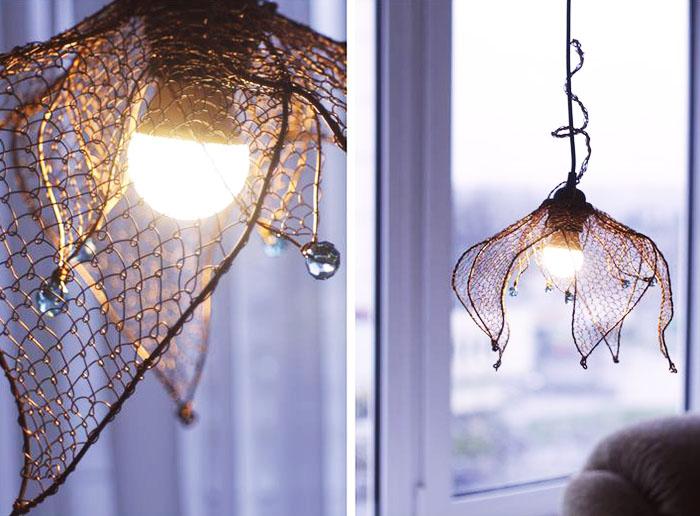 Старая кроватная сетка также может послужить элементом при создании светильника