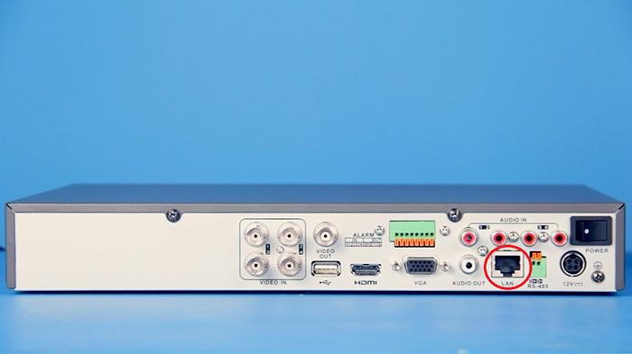 Лицевая панель аналогового видеорегистратора с сетевым выходом (RJ-45)