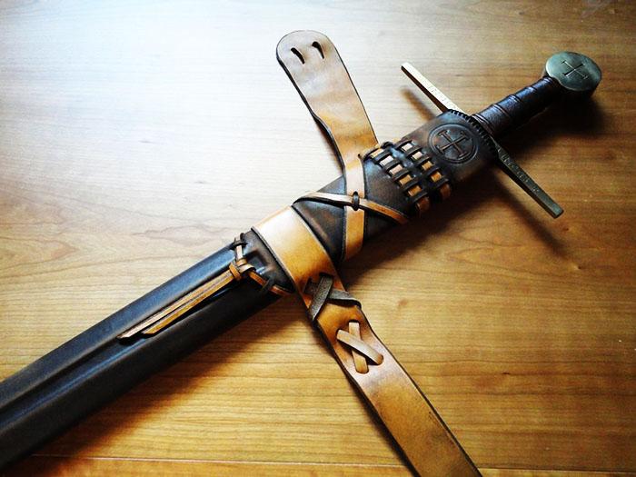 Для игрушечного меча можно сделать красивые ножны, как у героев фильмов