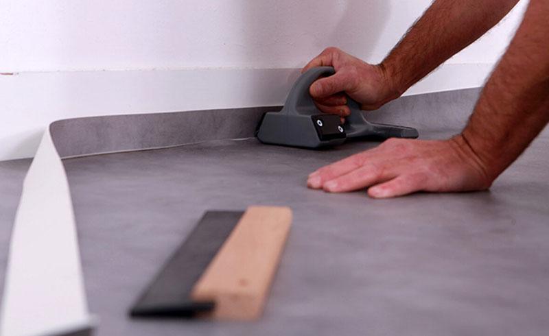 Специальным ножом делать раскрой линолеума гораздо легче и точнее