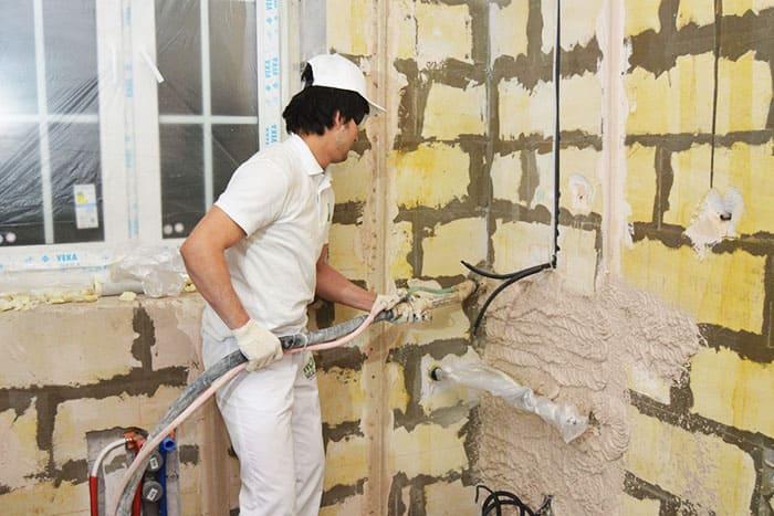 Облицовочным материалом легко заполнить штробы под электропроводку