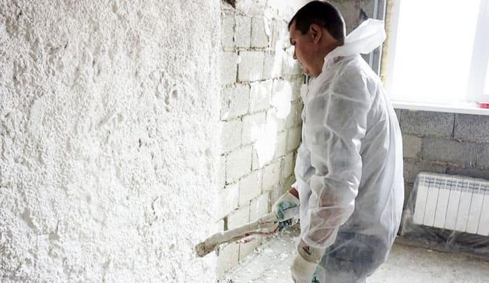 Перед обработкой стен, необходимо спрятать всю технику. Желательно герметично накрыть её плёнкой
