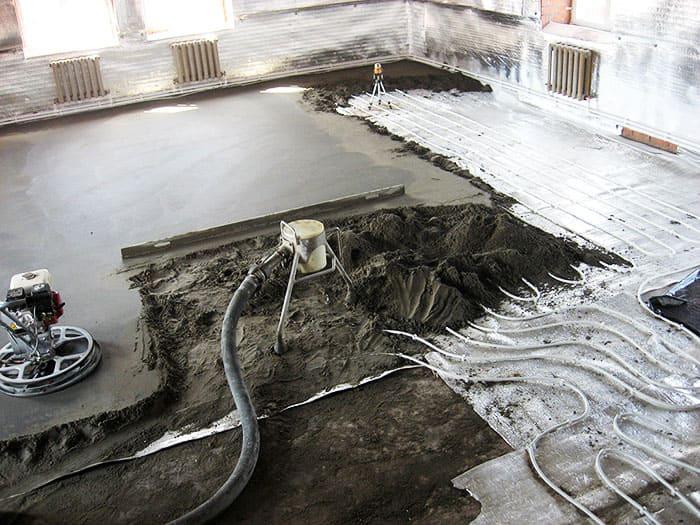 Полусухую бетонную стяжку лучше начинать укладывать с дальнего угла