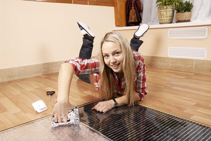 Подложку можно крепить степлером прямо в бетонную стяжку
