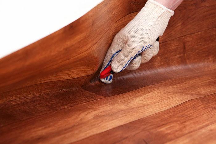 Лишнюю длину линолеума сразу обрезают, чтобы дать возможность ему хорошо вытянуться на поверхности