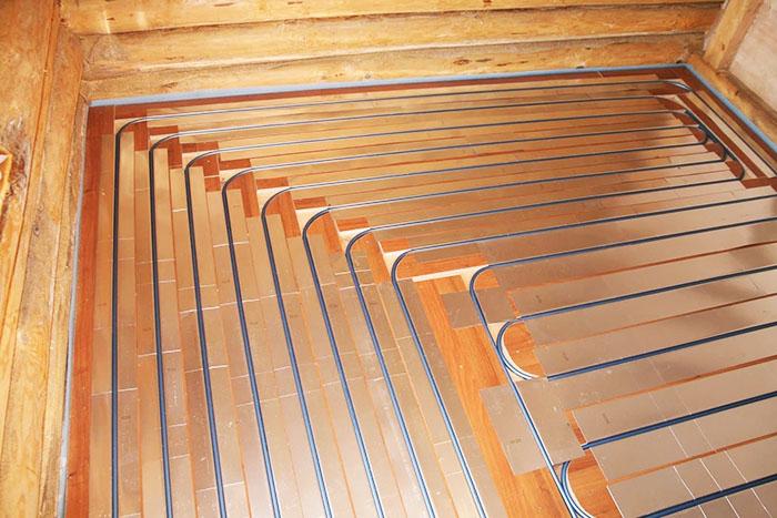 В деревянном доме нагреватели устанавливают в специальные пазы