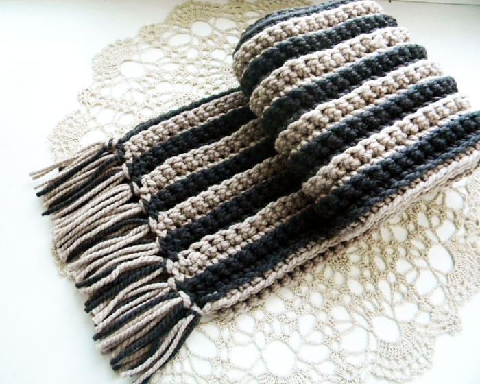 Плотный и эластичный полосатый шарф с кисточками