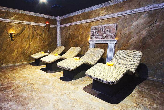 Богатые люди в римских банях с давних времен стараются обустраивать лежаки, облицованные стеклянной или мелкой керамической плиткой