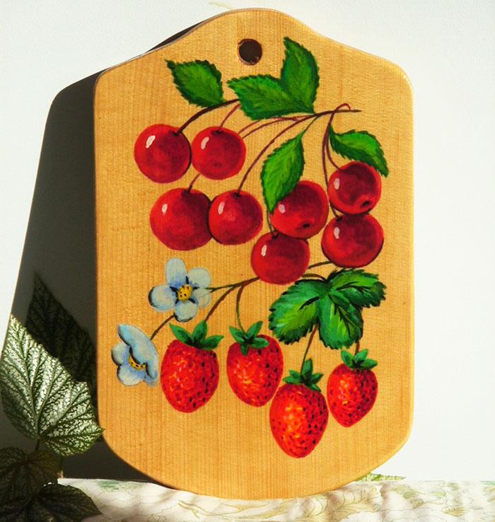 Кухонные разделочные доски с художеством часто создают как составляющую уже готового комплекта (горшка, черпаков, тарелок)
