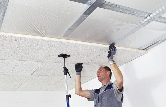 Если работаете в одиночку, используйте удерживающие устройства для плит
