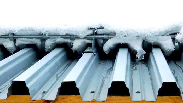 Снегозадержатели для профнастила стараются монтировать на достаточно массивное крепление к высокой точке ската