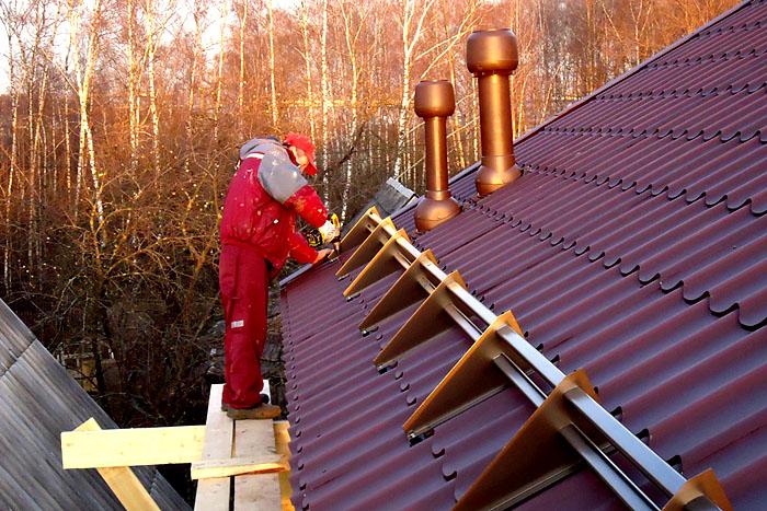 Монтаж снегозадержателей на всю длину ската осуществляется только в том случае, если крыша имеет крутой склон