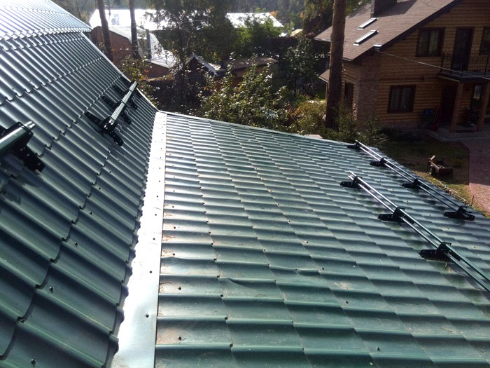 Трубчатые барьеры стараются монтировать по скату крыши хаотично