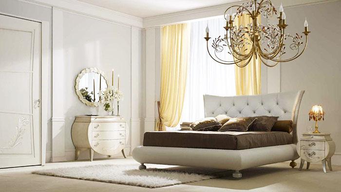 Необычной формы кровать в центре внимания
