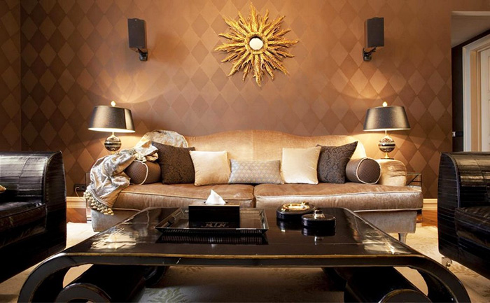 Хорош дизайн, основу которого составляет бежевый в сочетании с золотым, это будет особенно выигрышно смотреться при обилии зеркальных поверхностей в комнате