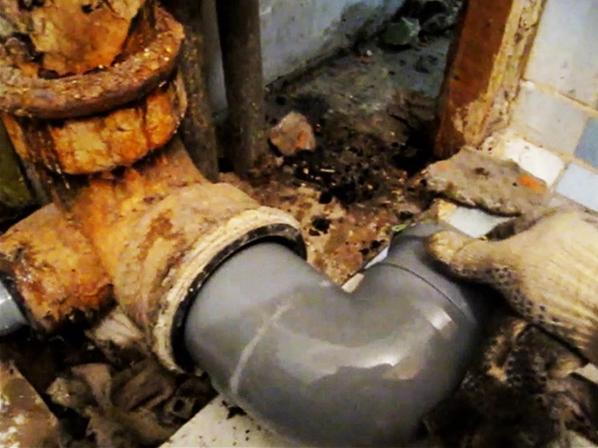 Пластиковые трубы выпускается в тех же типоразмерах, что и чугунные и вполне совместимы