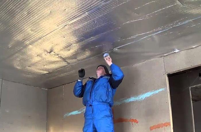 При укладке пенофола или пенотерма все стыки между полотнами герметизируют специальным металлизированным скотчем