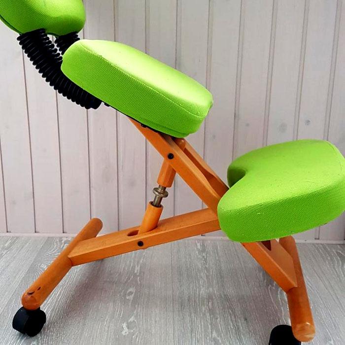 Регулировку с помощью стяжек выполняют на стульях с деревянным каркасом