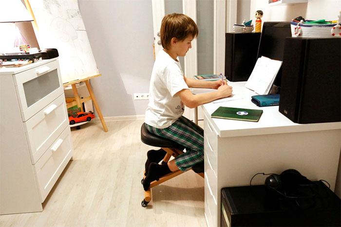У деревянных моделей школьных стульев регулируется только сидение