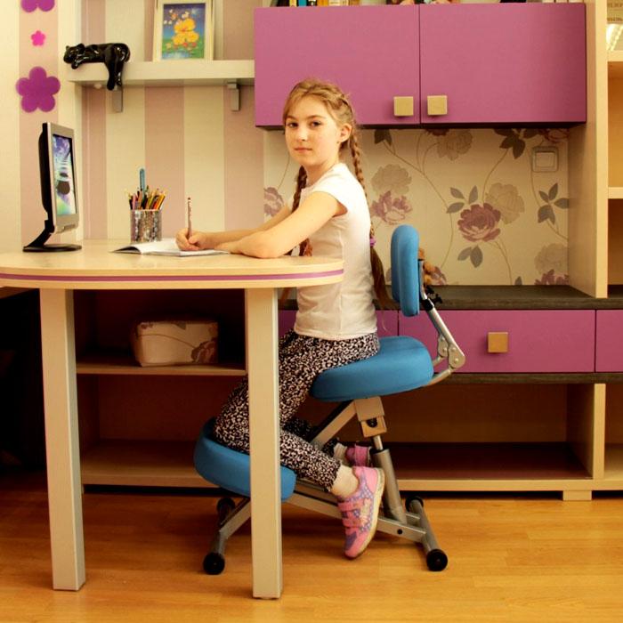 Если ноги школьника не достают до пола, на стуле должна быть вспомогательная подставка и подушка