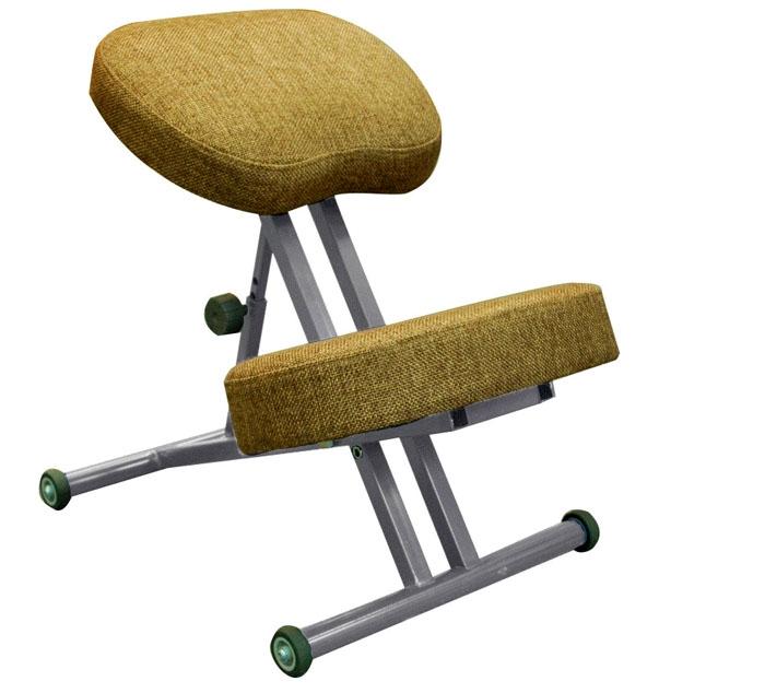 Металлический стул с плотными подушками отлично смотрится в обшитой однотонной ткани